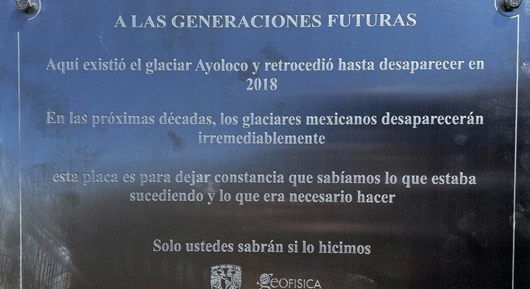 Placa conmemorativa de la existencia del glaciar Ayoloco en el volcán Iztaccíhuatl, en México.