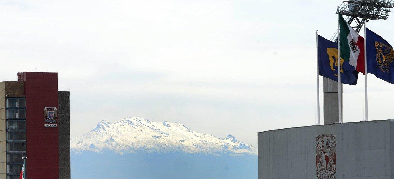 Así se veía desde la Ciudad Universitaria en la capital de México el volcán Iztaccíhuatl con su glaciar.