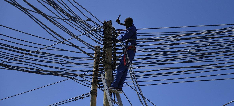 सोमालिया के मोगादिशु में एक बिजली कर्मचारी.