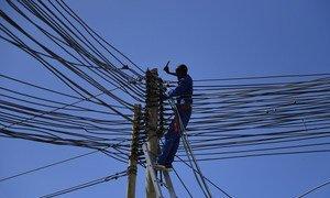 一名技术人员在索马里摩加迪沙的一个电缆上工作。