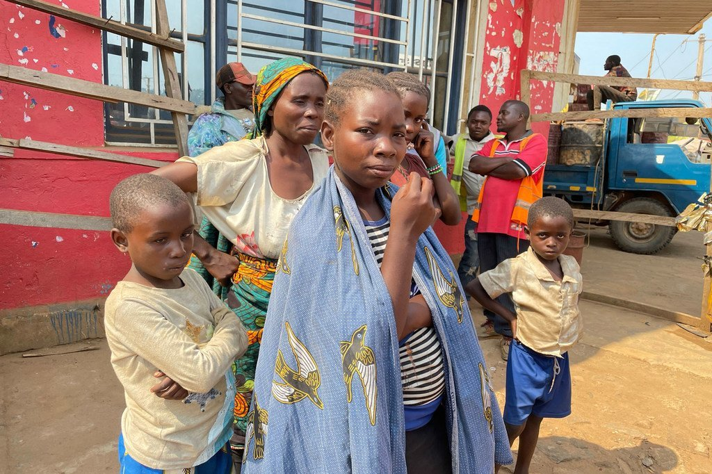 عائلة نازحة تصل بالشاحنة للبقاء مع أقاربها في بني، بعد الفرار من هجوم مسلح للميليشيات على قريتها في إيتوري، شمال شرق جمهورية الكونغو الديمقراطية.