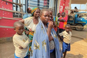 Familia ya watu waliofurushwa makwao wakiwasili na lori kuishi na familia Beni baada ya kukimbia machafuko Ituri, DRC.