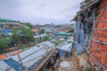 تعمل فرق المنظمة الدولية للهجرة مع أفراد المجتمع المضيف واللاجئين في كوكس بازار، وهي واحدة من أكثر المناطق المعرضة للكوارث في بنغلاديش، للاستعداد لموسم الرياح الموسمية والأعاصير القادمة.