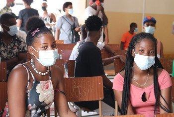 Duas jovens aguardam para serem vacinadas em Cabo Verde