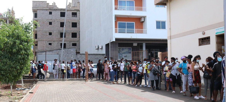 Fila para vacinação contra Covid-19 em Cabo Verde
