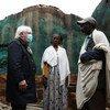 El coordinador de ayuda humanitaria, Martin Griffiths (izquierda) habla con una pareja cuya casa fue destruida en Hawzen, Tigray.