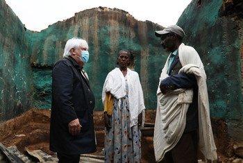 O chefe humanitário da ONU, Martin Griffiths  conhece um casal cuja casa foi destruída em Hawzen, Tigray.