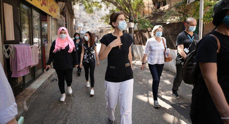 جولييت توما، المديرة الإقليمية للإعلام في الشرق الأوسط وشمال أفريقيا في منظمة اليونيسف، في جولة في العاصمة اللبنانية بيروت بعد مرور عام على الإنفجار.