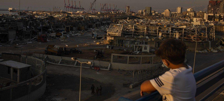 Um jovem libanês observa a área das explosões do Porto de Beirute