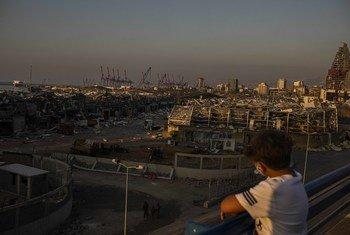 طفل لبناني يطل على منطقة انفجارات مرفأ بيروت، الذي أدى إلى مقتل أكثر من 200 شخصًا بينهم ستة أطفال. وأكثر من 6500 جريح بينهم ما يقدر بـ 1000 طفل ...