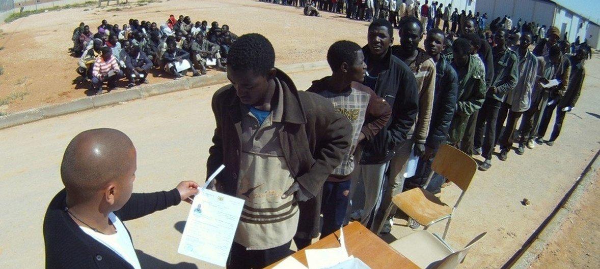 लीबिया से घर लौट रहे नाइजीरियाई नागरिकों को यात्रा के लिए ज़रूरी कागज़ात सौंपे जा रहे हैं.
