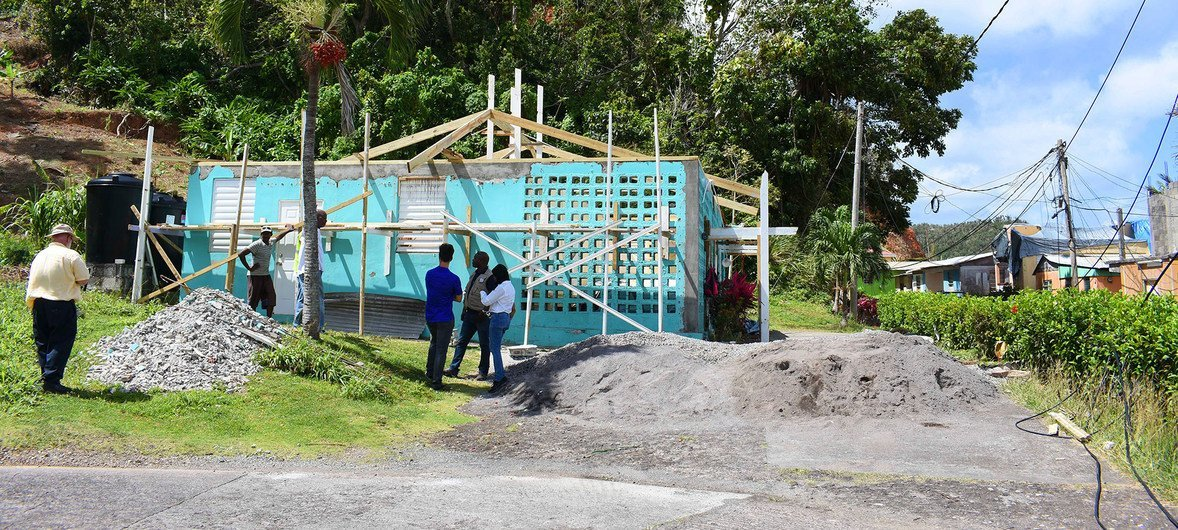 डोमिनिका में चक्रवाती तूफ़ान इरमा से तबाही के बाद इमारतों की मरम्मत की जा रही है.