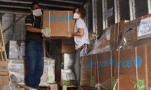 موظفو اليونيسف يفرغون معدات طبية في مستشفى في غرب فنزويلا.
