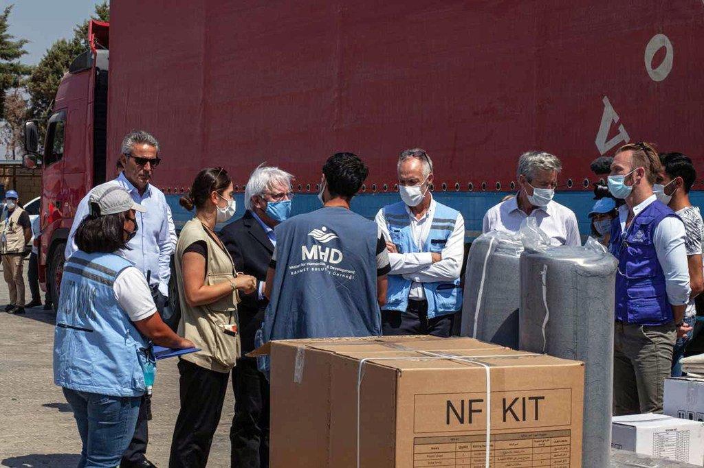 زار منسق الشؤون الإنسانية في الأمم المتحدة، مارتن غريفيثس، مركز إعادة الشحن بالقرب من معبر باب الهوى على الحدود السورية التركية خلال جولته الأولى على المنطقة منذ توليه منصبه.