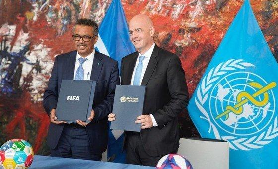 Diretor geral da OMS, Tedros Ghebreyesus, e o presidente da Fifa, Gianni Infantino.
