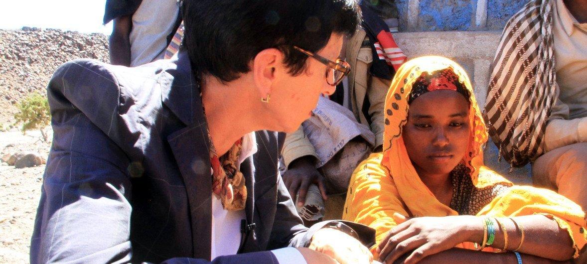 Vice-chefe humanitária, Ursula Mueller, conhece mulher afetada pela seca no Djibuti