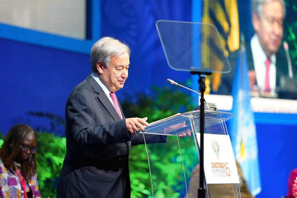 الأمين العام أنطونيو غوتيريش يلقي كلمة في افتتاح مؤتمر الأمم المتحدة للتجارة والتنمية، أو أونكتد -15، في بريدجتاون، بربادوس.