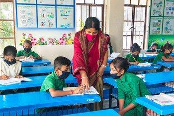 Los problemas que ha causado  la COVID-19 en el sector educativo han puesto de manifiesto el papel crucial de los profesores en el mantenimiento de la continuidad del aprendizaje.