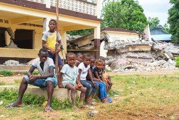 Многие школы на Гаити были разрушены землетрясением. ЮНИСЕФ занимается восстановлением зданий, чтобы дети могли вернуться к учебе.