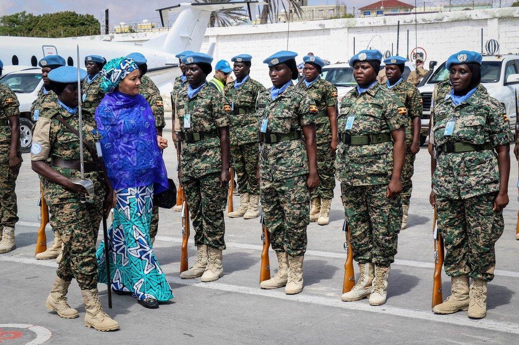 La Vice-Secrétaire générale de l'ONU, Amina Mohammed, à Mogadiscio, en compagnie de Casques bleus féminins de la Mission d'assistance des Nations Unies en Somalie (UNSOM) (23 octobre 2019).