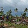 इंडोनेशिया में दिसंबर 2018 में आई भीषण सूनामी में भारी तबाही हुई थी. प्रभावित लोग लापता परिजनों और सामान की तलाश करते हुए.