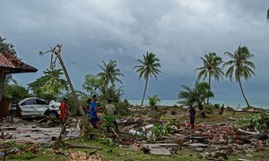 Supervivientes de un tsunami en Indonesia buscando entre los escombros a famliares desaparecidos y sus posesiones. 24 de diciembre de 2018.