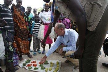 Mwakilishi Maalum wa Katibu Mkuu wa UN nchini Sudan Kusini, David Shearer alipotembelea soko eneo la Koch, jimboni Unity State nchini Sudan Kusini