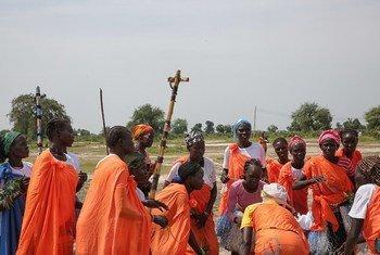 Wanawake wakazi wa Koch jimboni Unity nchini Sudan Kusini wakicheza ngoma wakati wa ziara ya Mwakilishi Maalum wa Katibu Mkuu wa UN nchini humo David Shearer.