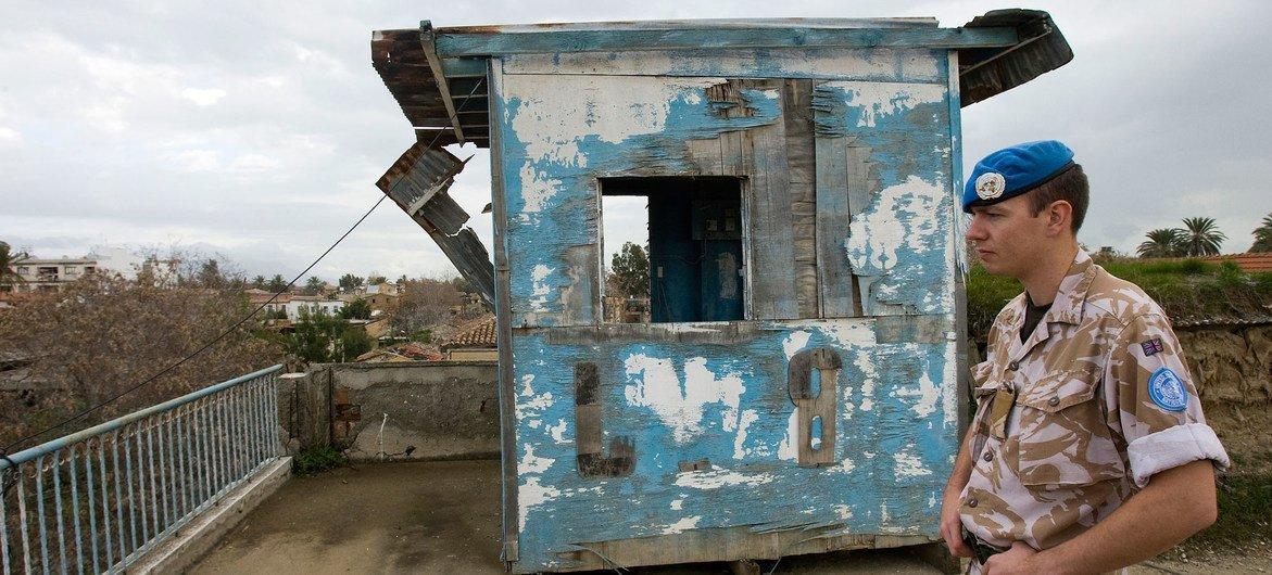 Força de Manutenção da Paz das Nações Unidas em Chipre controlando a zona entre os lados opostos