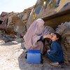 Un travailleur de la polio soutenu par l'ONU en Afghanistan administre un vaccin contre la polio à un jeune enfant (archives).