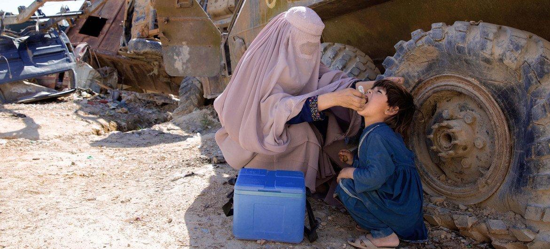 Una trabajadora sanitaria inyectando una vacuna contra la poliomielitis a un niño pequeño (Foto de archivo).