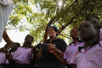 Unaisi Vuniwaqa, commissaire de police à la Mission des Nations Unies au Soudan du Sud (MINUSS), rencontre des jeunes filles dans une école de la capitale, Juba.