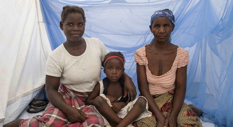 أسرة في موزامبيق تجلس في ناموسية معالجة بمبيدات الحشرات