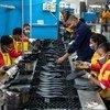 Des travailleurs d'une usine de fabrication de chaussures chinoise à Addis-Abeba, en Éthiopie.