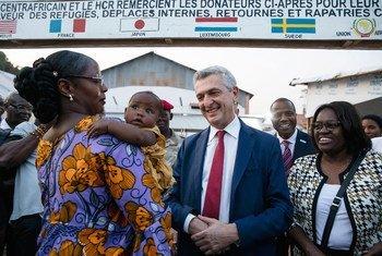 Le Haut-Commissaire des Nations Unies pour les réfugiés, Filippo Grandi, rencontre une rapatriée de retour en République centrafricaine.
