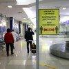 В международных аэропортах Кыргызстана установлены таблички с просьбой соблюдать меры предосторожности, чтобы не допустить распространение COVID-19.