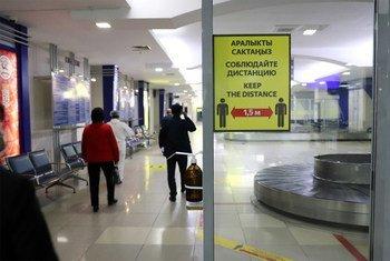 В международных аэропортах Кыргызстана установлены таблички с просьбой соблюдать меры предосторожности, чтобы не допустить распространения COVID-19.