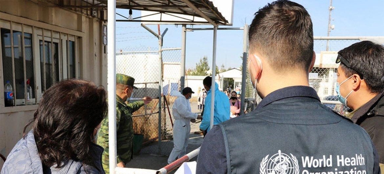 Граница между Кыргызстаном и Узбекистаном, пограничный переход Достук. Специалисты ВОЗ помогают предотвратить распространение COVID-19.