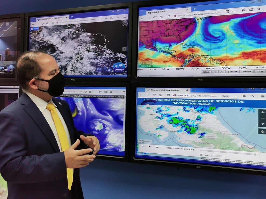 Rodney Martínez, director regional de la Organización Meteorológica Mundial para Amércia del Norte, Centroamérica y el Caribe observa la evolución del tiempo atmosférico.