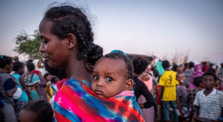 Несмотря на пандемию, в мире продолжаются войны, а люди вынуждены покидать свои дома. На фото: беженцы из Эфиопии в Судане.