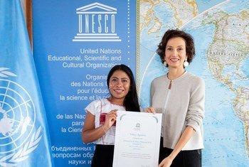 Yalitza Aparicio recibe el nombramiento de embajadora de Buena Voluntad de la UNESCO de manos de Audrey Azoulay, directora general de ese organismo.