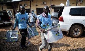 中非共和国2020年12月27日总统选举期间,投票站工作人员在搬运投票箱。