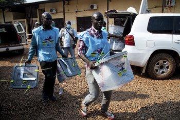 Des agents électoraux portent des urnes lors des élections présidentielles du 27 décembre 2020 en République centrafricaine.