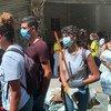 متطوعون شباب يساعدون في تنظيف المدينة من الأنقاض في مار ميخائيل، إحدى المناطق الأكثر تضررا بسبب الانفجار.