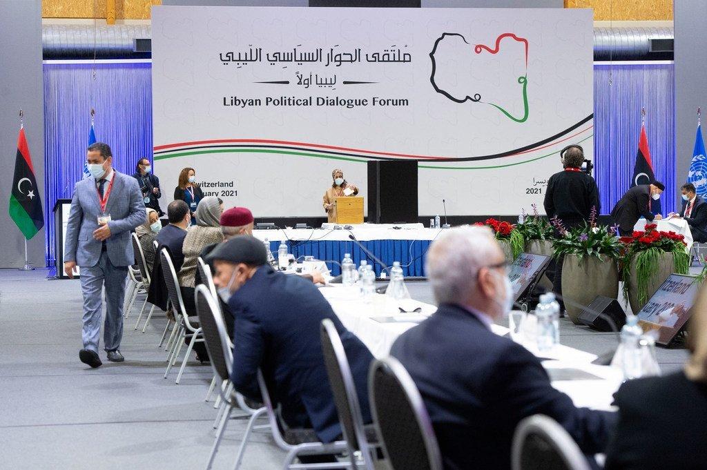 Un membre du Forum de dialogue politique libyen (LPDF) vote lors des élections pour la direction intérimaire.