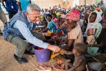 Le Haut-Commissaire des Nations Unies pour les réfugiés, Filippo Grandi, rencontre des personnes déplacées dans la région Centre-Nord du Burkina Faso (photo archives)..