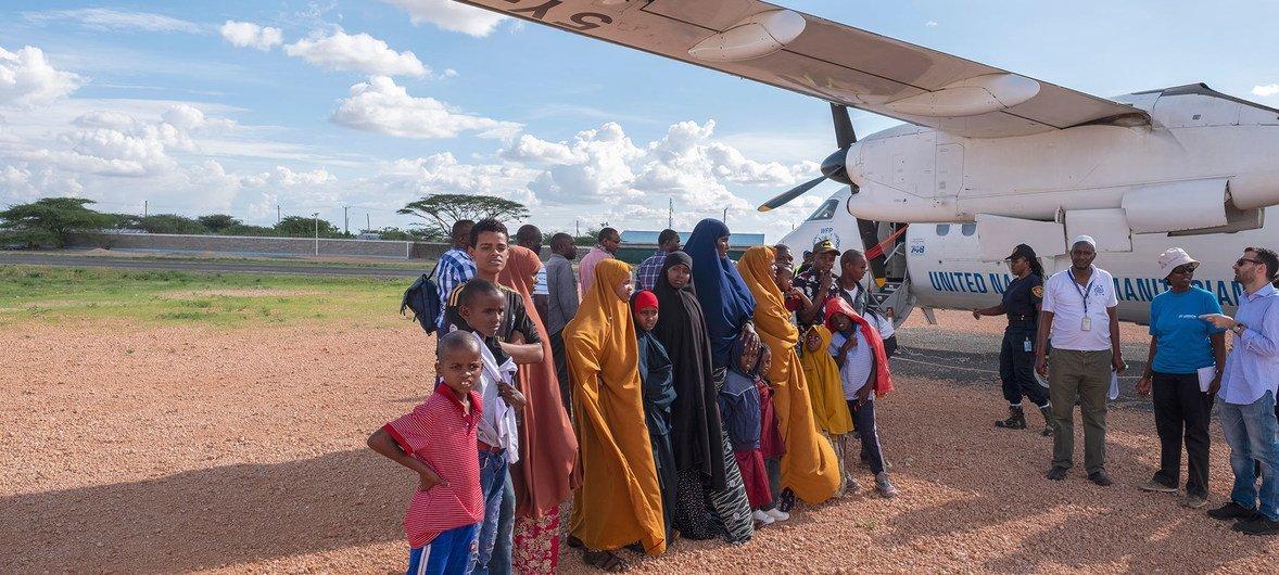 केनिया के दादाब इलाक़े से एक विमान पर सवार होने के लिए तैयार सोमाली शरणार्थी. ये लोग स्वीडन के लिए रवाना हो रहे थे जहाँ उन्हें पुनर्वास की अनुमति मिल गई.