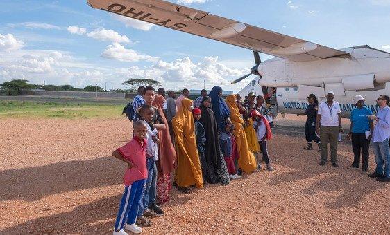 Refugiados somalis embarcam em um voo do Quênia, para a Suécia, onde em breve serão reassentados.