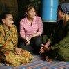 En Égypte, une assistante sociale (au centre) explique à une jeune fille et à sa mère les dangers des mutilations génitales féminines