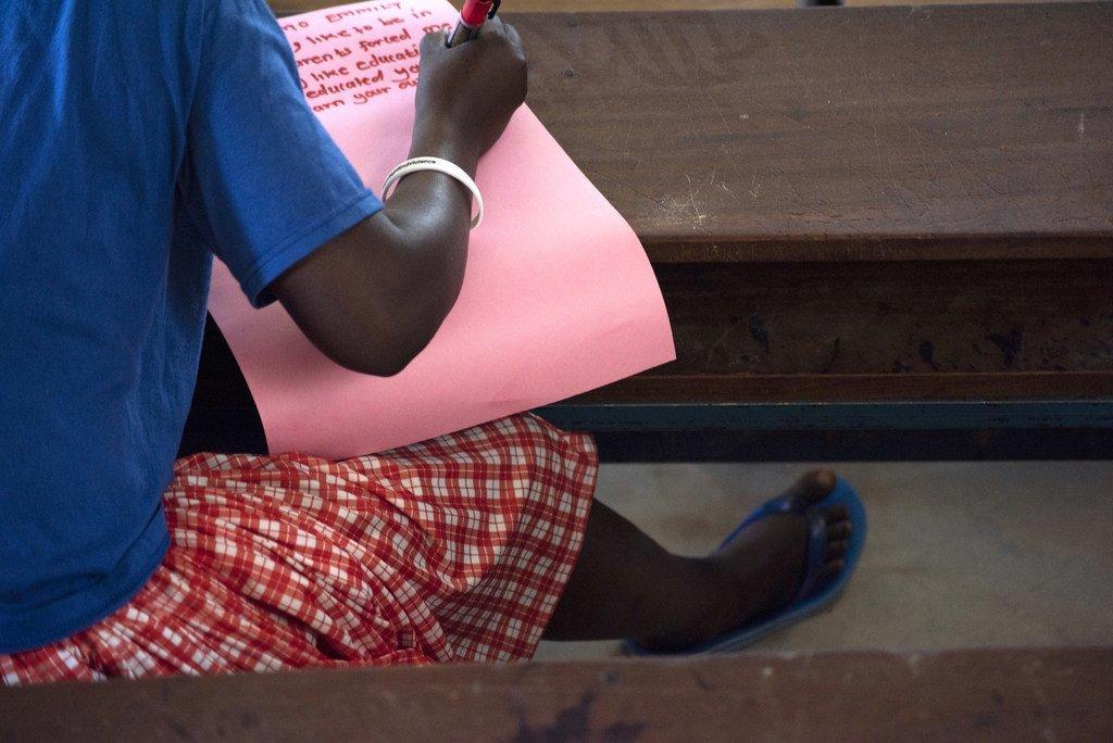 Une adolescente qui a échappé à la mutilation génitale féminine est en classe dans une école pour filles, en Ouganda.